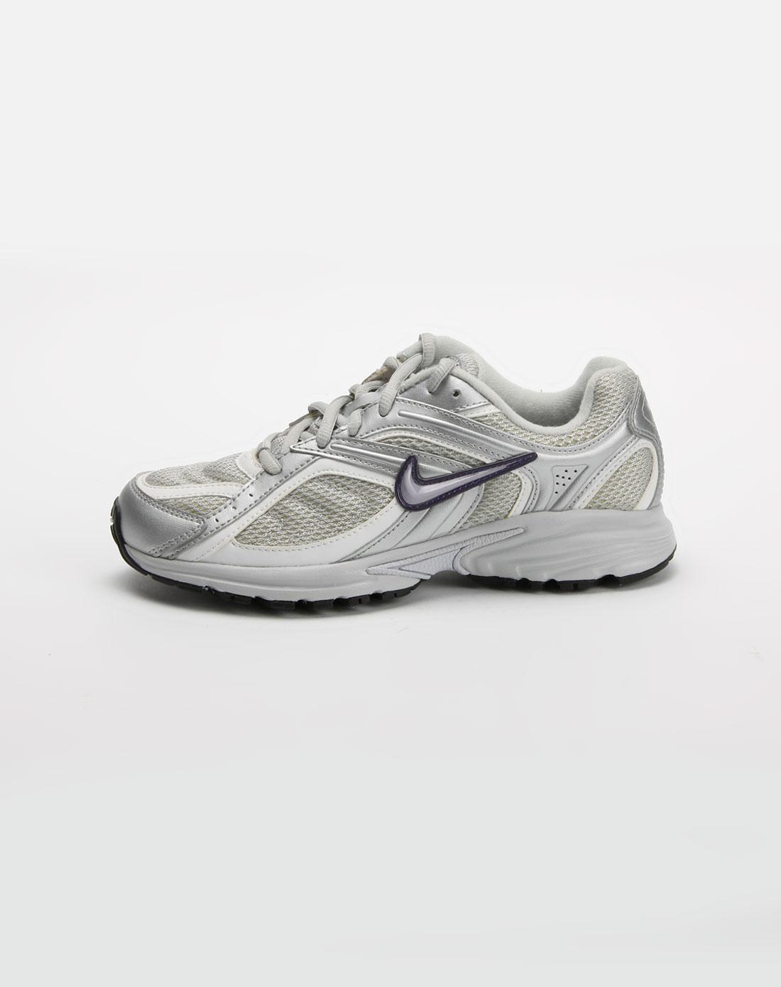 女款银灰色跑步鞋_耐克nike-女鞋专场特价3.8折起