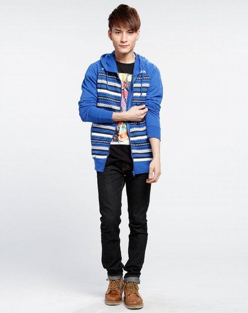 rocawear         商品名称:黑/白/蓝色连帽长袖卫衣 具备简约的设计