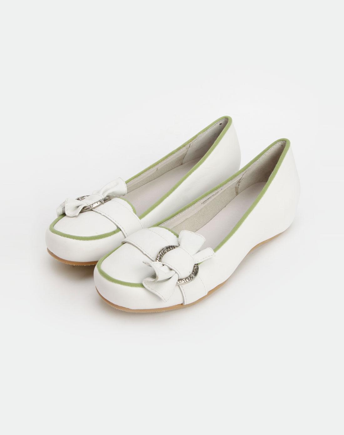 白色蝴蝶扣休闲鞋
