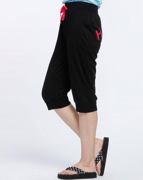 商品名称:黑色后印logo七分裤 精简的版型配合鲜艳的logo,是设计师对