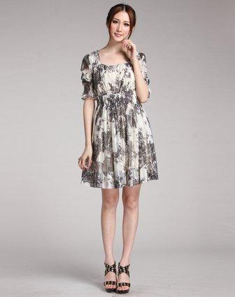 米白底黑色蕾丝花纹中袖连衣裙