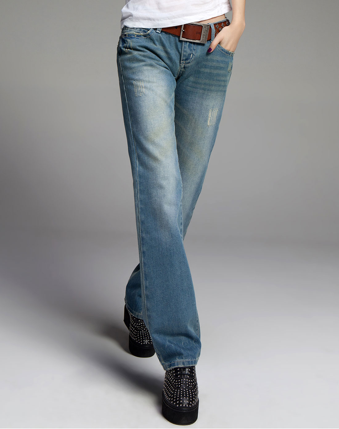 牛仔裤蓝直筒牛仔裤怎么搭配上衣和鞋