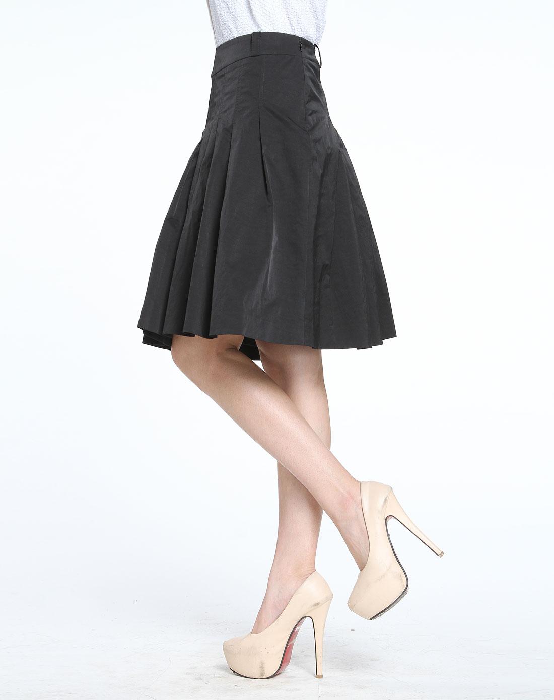 皱褶黑色半裙