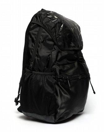 男子黑色背包
